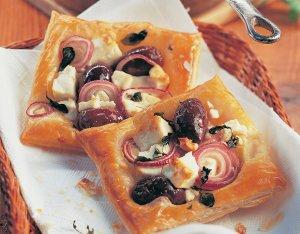 Leveles tészta lágy juhsajttal, hagymával és olívával