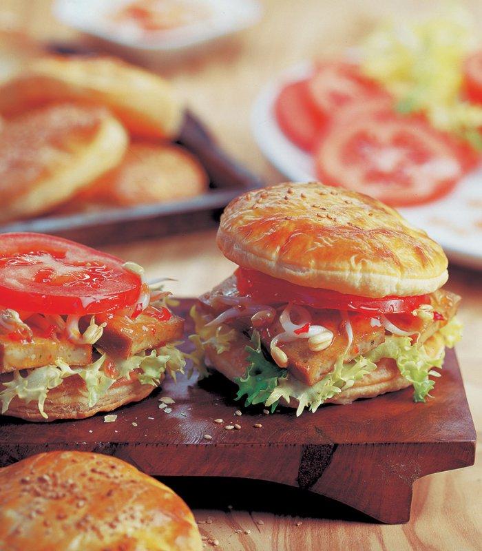 Leveles tészta burger tofuval és zöldségekkel