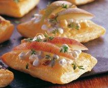 Leveles tészta friss sajttal és gyümölccsel