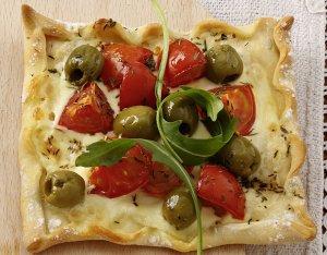 Paradicsomos – olívás pizza