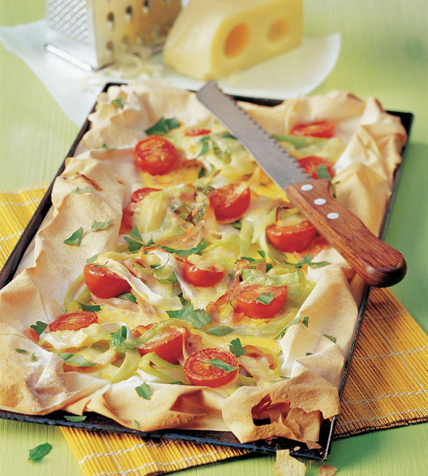 """Póréhagymás """"pizza"""" sonkával és ementáli sajttal"""