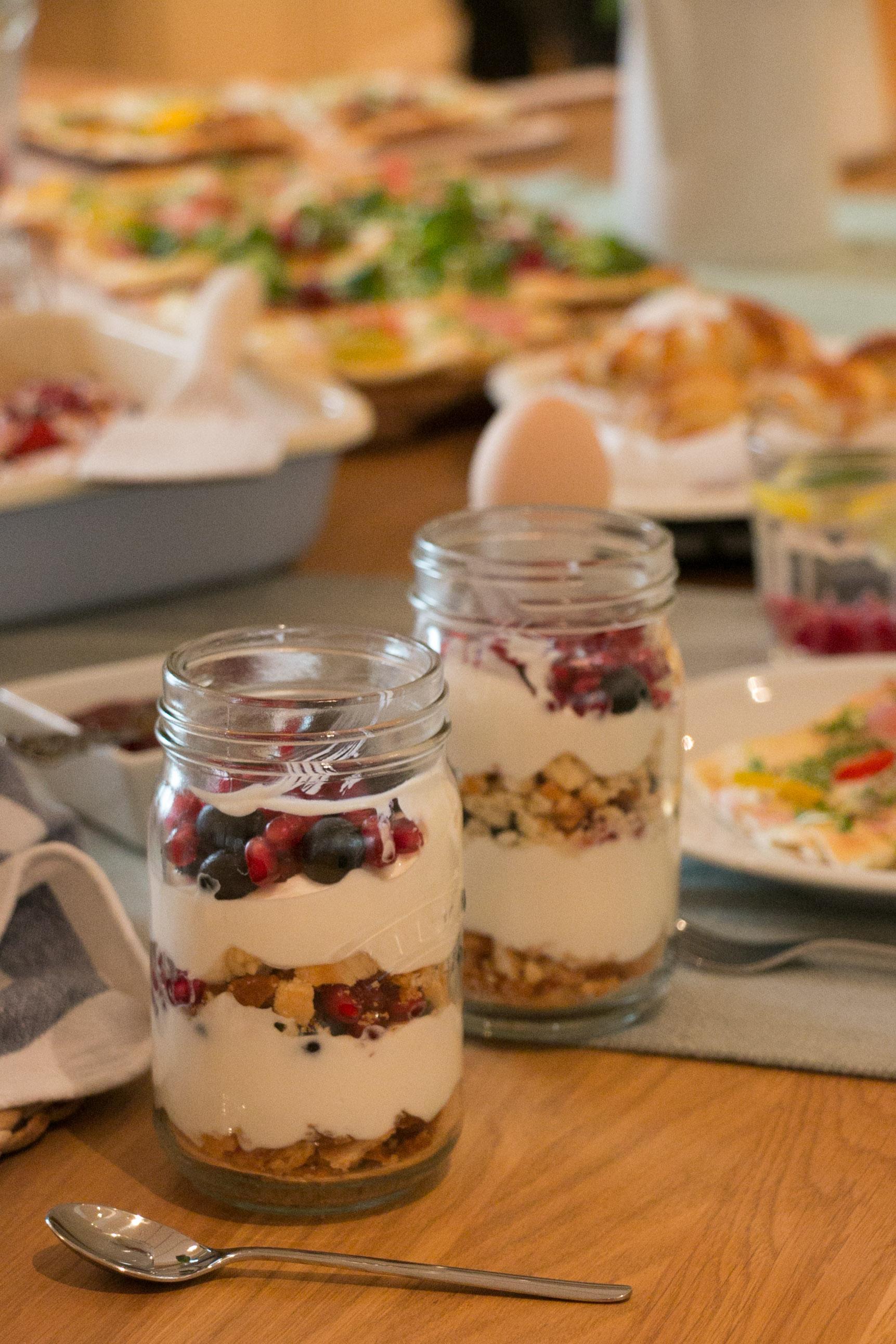 Gyümölcsös joghurt, linzertészta morzsákkal