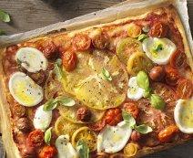 Pizza színes paradicsommal